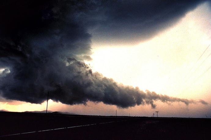 chmura stropowa w burzy z trąbą powietrzną