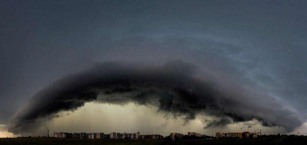 Chmura szelfowa - jeden z charakterystycznych elementów burz, zwłaszcza tych najsilniejszych. Fot. Paweł i Marta Błaszkowscy/Sieć Obserwatorów Burz