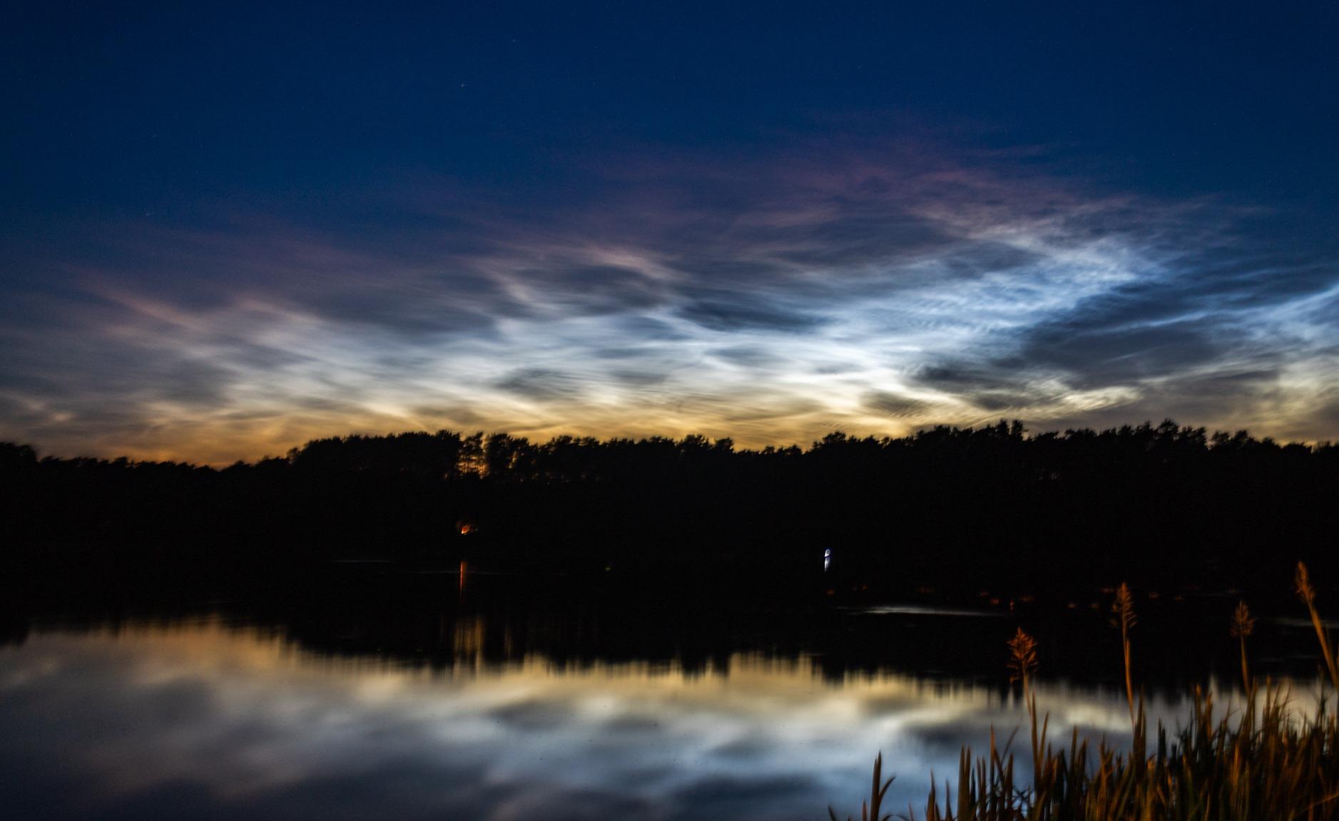 obłoki srebrzyste - refleks w jeziorze i pomarańczowa poświata